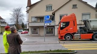 Lastwagenkarawane zwischen Wöschnau und der Sondermülldeponie Kölliken