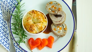 Hackfleischroulade mit Kartoffelgratin und Peperoni-Blümchen