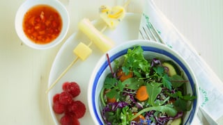 Bunter Gartensalat und Käsespiessli mit Tomaten-Peperoni Salsa