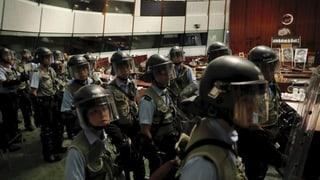 Demonstranten aus Parlamentsgebäude vertrieben