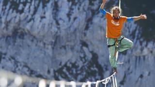 Video «Weltrekord an den Churfirsten: 540 Meter über die Highline» abspielen