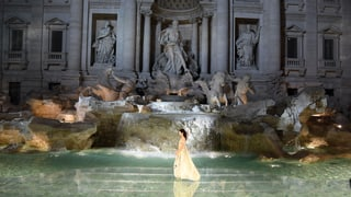 Karl Lagerfeld schickt Models über Trevi-Brunnen