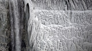 Niagarafälle im Eiskostüm