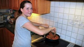 Michelle kocht Spaghetti Bolognese