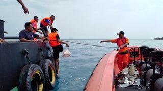 Sumatra: Aviun cun 188 persunas crudà en la mar