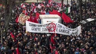 Tausende Italiener gehen in Macerata auf die Strasse