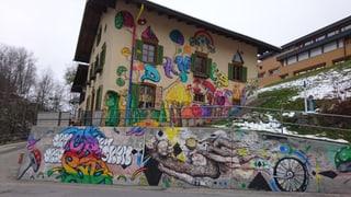 Danis: Hostel Autra Caussa picturà senza permissiun