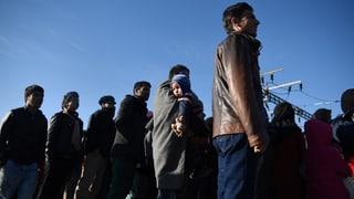 Tausende Flüchtlinge harren an mazedonischer Grenze aus