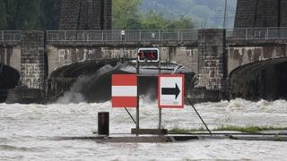 Dauerregen lässt Flüsse steigen und die Erde rutschen