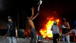 Demonstranten zünden Gericht an