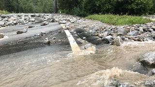 Hochwasser überfluten die Verkehrswege im Bergell