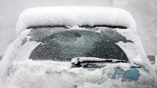 Schnee bringt Chaos auf Strassen und Schienen