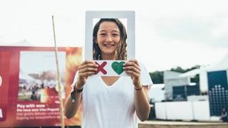 Tinder ohne Handy: Wir haben es am Festival getestet
