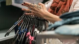Entsorgen Mode-Händler tonnenweise Kleider im Müll? (Artikel enthält Audio)