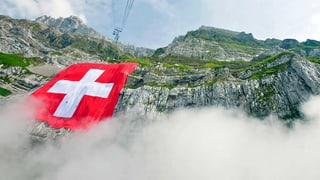 Die grösste Schweizer Fahne hängt am Säntis