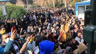 Bei den Strassenprotesten sind zwei Menschen gestorben. Derweil kündigt die Regierung rigoroses Vorgehen an.