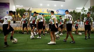 Die thailändischen Fussball-Jungs dribbeln wieder