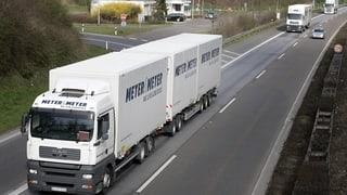 Fast eine Million Lastwagen pro Jahr durchqueren die Schweiz