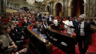 Die Nerven liegen blank im katalonischen Regionalparlement: Nach einer hitzigen Debatte stimmen die Abgeordneten für die Unabhängigkeit.
