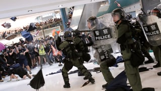 Gewaltsame Zusammenstösse in Hongkongs Aussenbezirken