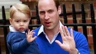 Hier winkt der grosse Bruder: George besucht sein Schwesterchen