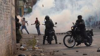 Militär setzt an Grenze Tränengas gegen Demonstranten ein (Artikel enthält Video)