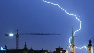 Video «Wetterphänomene: Warum zieht ein Kran Blitze an? (1/5)» abspielen