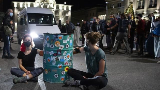 Klimaaktivisten besetzen den Bundesplatz.