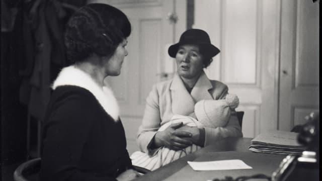 Sprechstunde im Büro einer Fürsorgerin (1930er-Jahre)