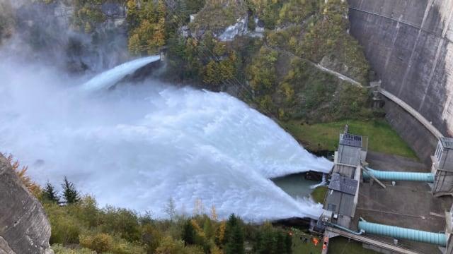 Offene Schleusen beim Staudamm in Rossens FR