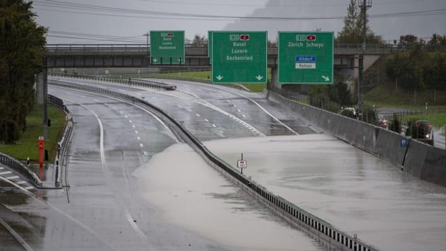 Das Wasser wurde zum Teil auf die Autobahn umgeleitet.
