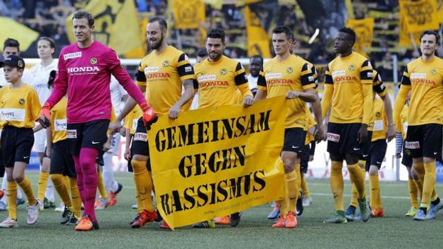 Rassistische Zwischenfälle geben im Schweizer Fussball immer wieder Anlass zu Diskussionen.