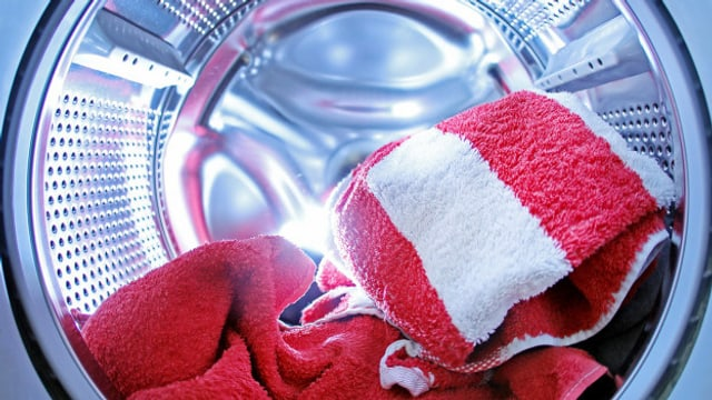 Pertge lavar cun aua chauda?