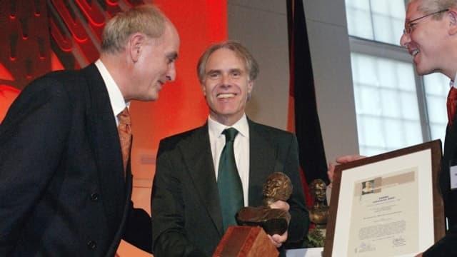 Bundesrat Moritz Leuenberger erhält 2003 in Bonn den Cicero Rednerpreis für eine Rede anlässlich eines Symposiums des Lucerne Festival zum Thema Verführung