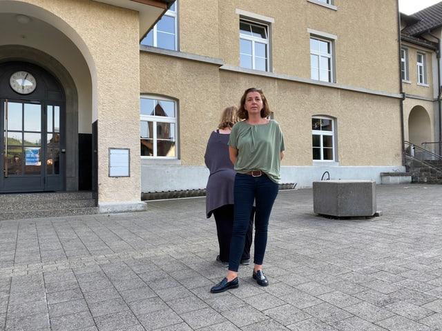 Petra und Beatrice vor dem Schulhaus Chlos, Appenzell