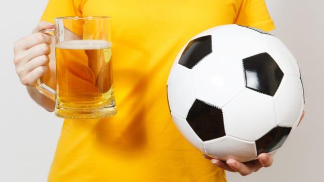 Bier und Fussball gehören ja irgendwie zusammen. Mit Leistungssteigerung hat das aber nicht viel zu tun.