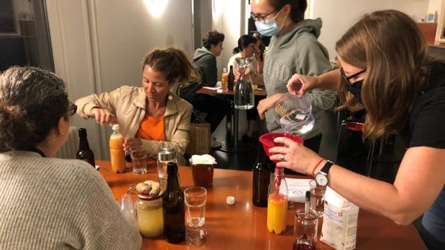 Franziska Wick (rechts im Bild) zeigt, wie aus Orangensaft ein prickelndes Getränk wird.
