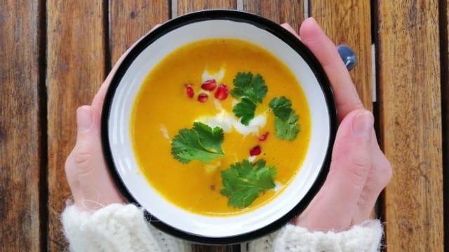 Eine Suppe wärmt.
