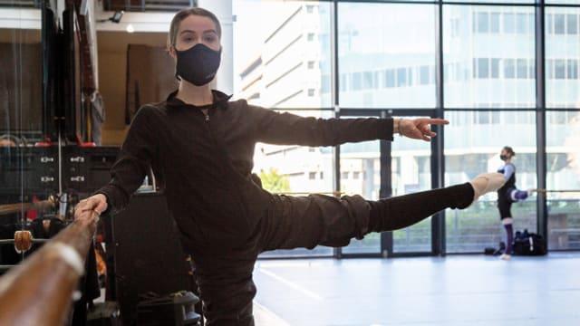 Auch die professionelle Ballerina trainiert mit Maske.