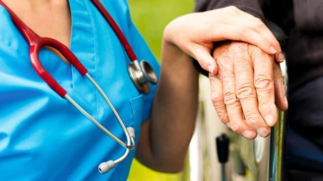 Ein demenzkranker Patient mit seiner Pflegerin.
