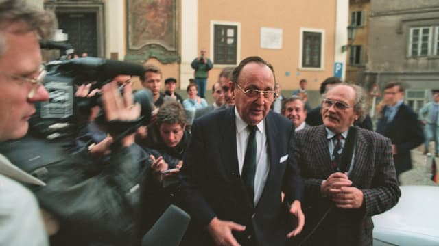 Aussenminister Hans Dietrich Genscher erreicht am 30. September 1989 die westdeutsche Botschaft in Prag. Genscher hatte den im Botschaftsgarten zusammengepferchten rund 4.000 DDR-Fuechtlingen verkuendet, sie duerften in den Westen ausreisen. Die deutsche Botschaft in Prag soll in Bundesbesitz uebergehen.