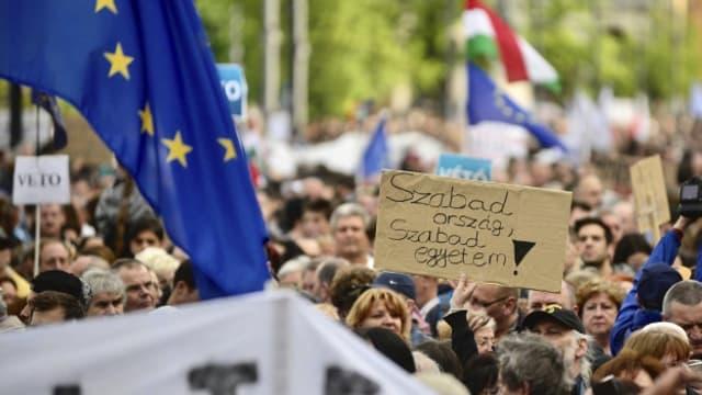 «Freies Land, freie Universität»: Demonstrationen in Budapest: gegen die Repressionen gegen die Central European University