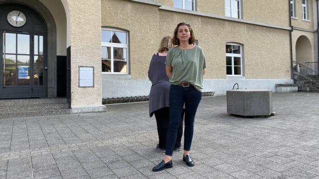 Petra und Beatrice trafen sich bei ihrem ehemaligen Schulhaus Chlos.
