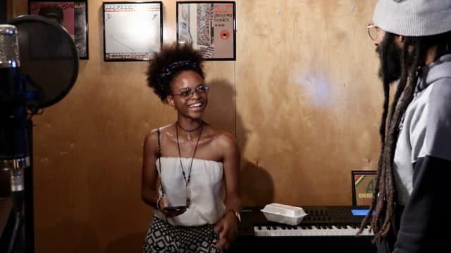 "Lila Iké während der ""Reggae Special Session 2027"" in einem Kingstoner Studio"