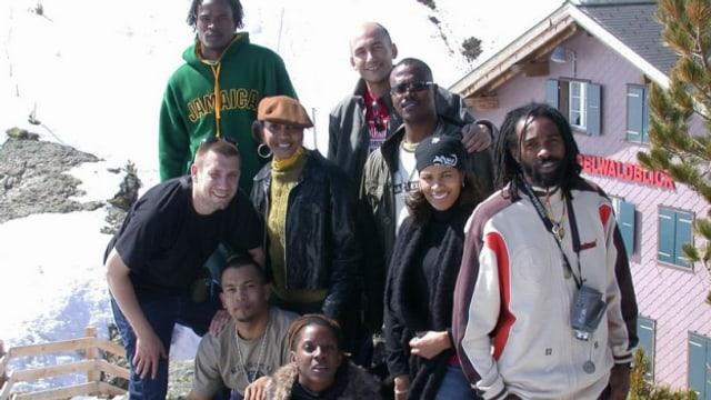 """Im Sommer 2004 begleitete Reggae Special-Macher Lukie Wyniger (obere Reihe Mitte) Kevin Lyttle (rechts davon) und Spragga Benz (vorne rechts) mit ihrem Sommerhit """"Turn Me On"""" auf die Kleine Scheidegg"""