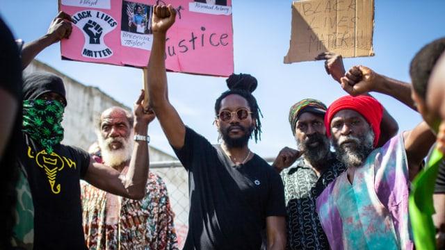 Kabaka Pyramid (Mitte) an der Black Lives Matter Demonstration in Kingston vom 6.6.2020