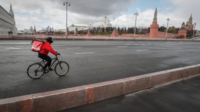 Fahrradkurier unterwegs in Moskau