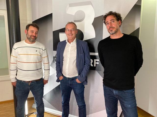 Mämä Sykora (l.) und Tom Gisler im Gespräch mit Fredy Bickel.
