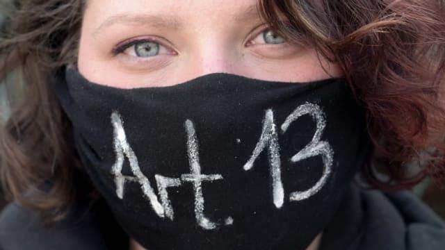 Eine Demonstrantin in Leipzig trägt einen Mundschutz als Protest gegen das neue EU-Urheberrecht.
