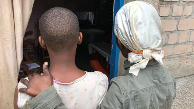 Mutter und Tochter erzählen von ihren Schwierigkeiten in Burundi.